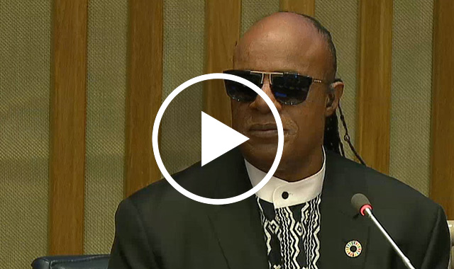 Photo de Stevie Wonder s'adressant aux États membres de l'ONU en 2016
